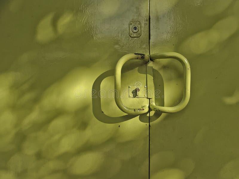 绿色金属车库门特写镜头在街道的 库存照片