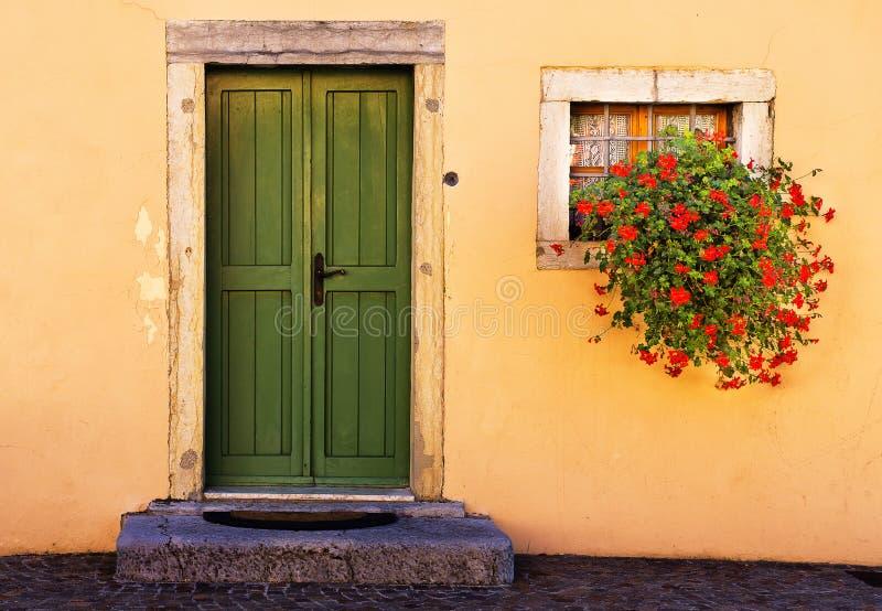 绿色门和花, Torbole,意大利 免版税库存照片