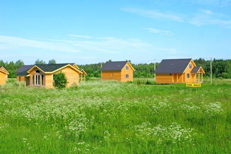 绿色领域的木乡间别墅待售 库存照片