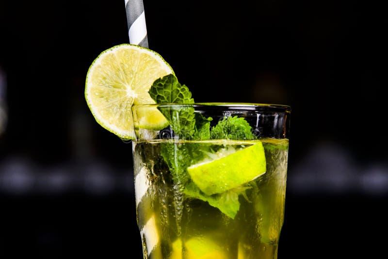 绿色鸡尾酒用薄菏和柠檬在酒吧 免版税库存图片