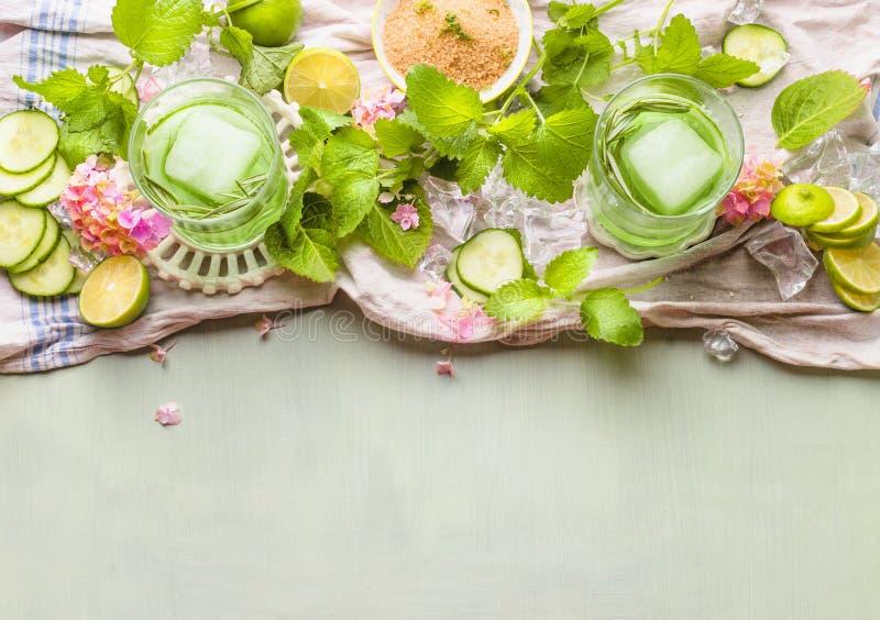 绿色黄瓜mojito饮料做 与绿色夏天刷新的饮料的玻璃与冰块和成份 绿色柠檬水 免版税库存图片
