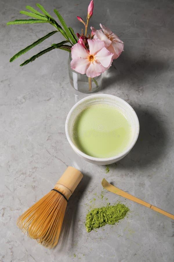 绿色matcha茶饮料和茶辅助部件在白色背景 日本茶道概念,顶视图 免版税图库摄影