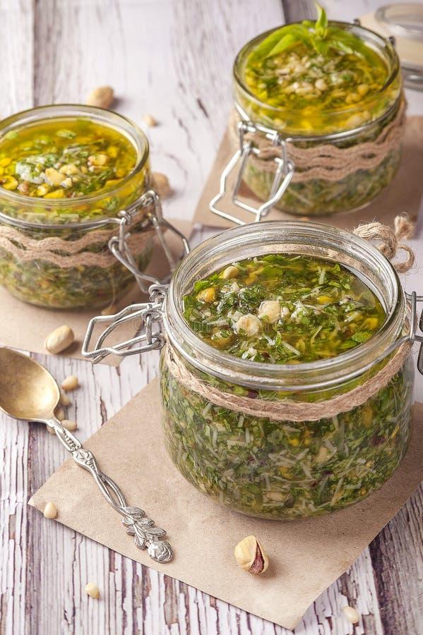 绿色pesto调味汁 经典意大利调味汁 免版税图库摄影