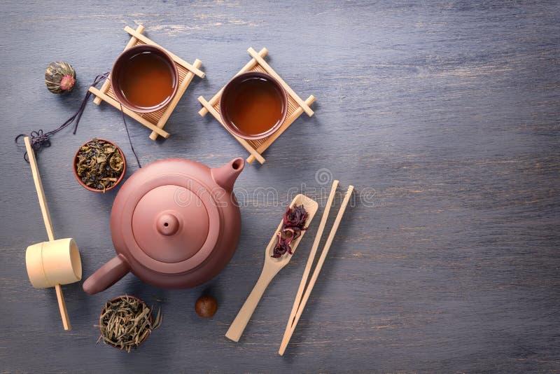 绿茶、红茶、木槿茶和茶道属性-一个陶瓷茶壶,杯子,过滤器,筷子的几种类型 图库摄影