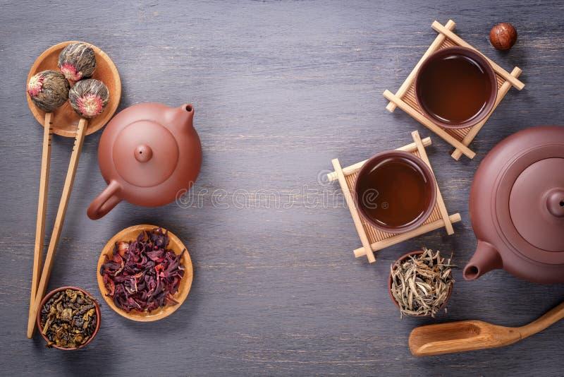 绿茶、红茶、木槿茶和茶道属性-一个陶瓷茶壶,杯子,过滤器,筷子的几种类型 免版税库存照片