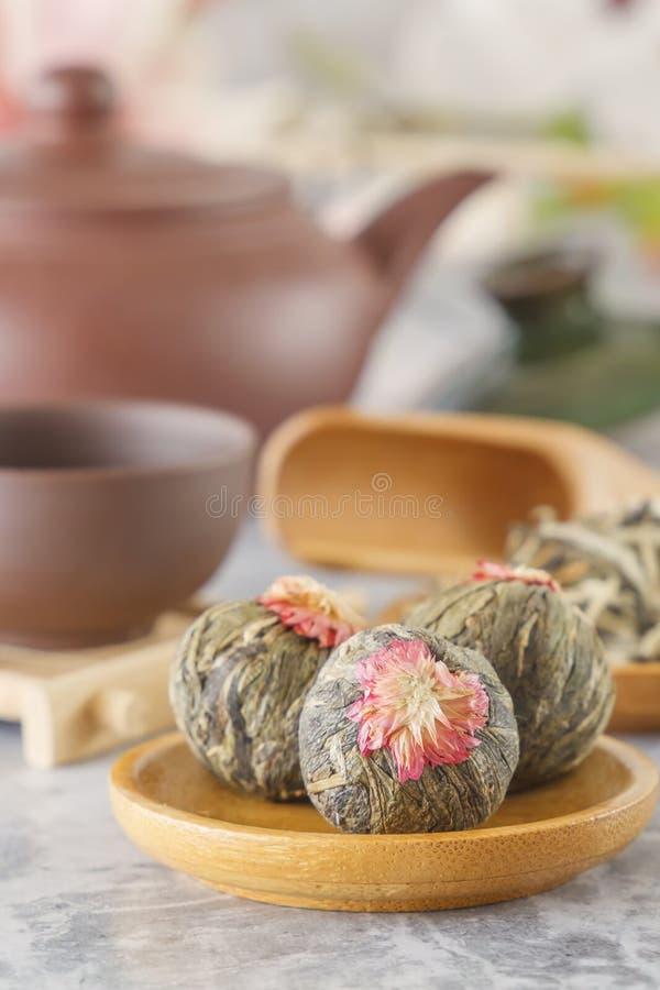 绿茶和属性茶道的-一个陶瓷茶壶、杯子、过滤器、筷子和镊子 免版税库存图片