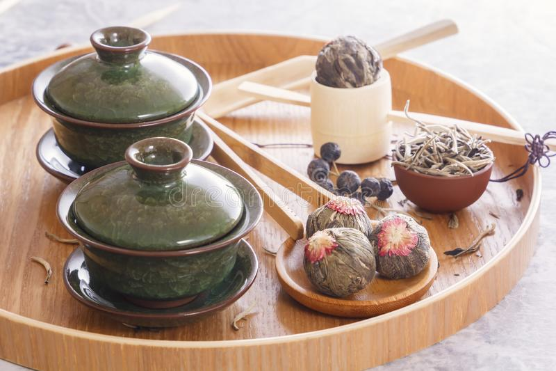 绿茶和茶道属性-陶瓷茶壶、杯子、过滤器、筷子和镊子 免版税库存图片