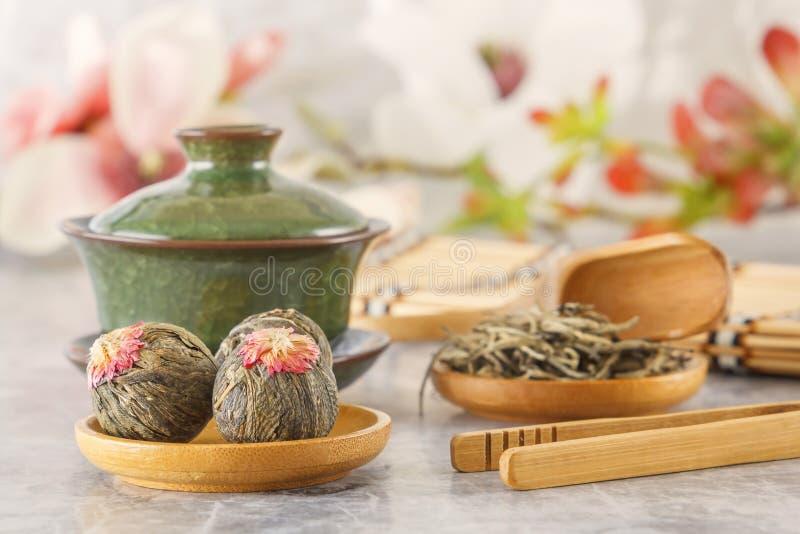 绿茶,繁体中文瓷茶Sasha和茶道属性 库存照片