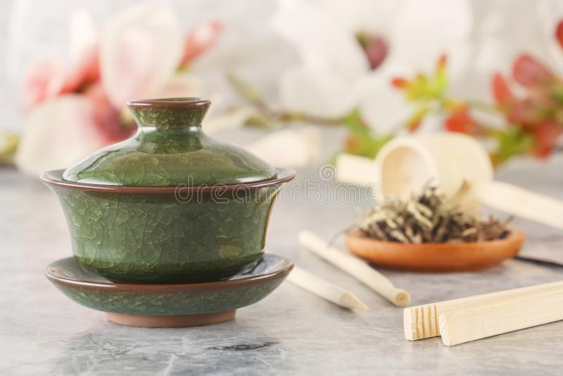 绿茶,繁体中文瓷茶Sasha和茶道属性 免版税库存照片
