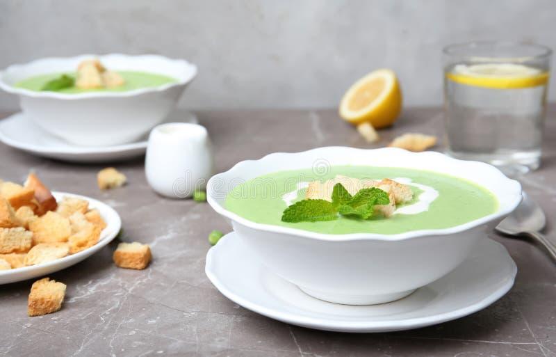 绿豆汤用油煎方型小面包片 库存照片