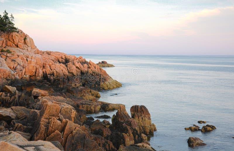 缅因的岩石海岸黄昏的 库存图片