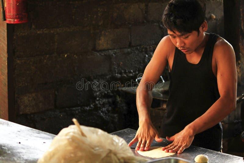 缅甸人做roti 免版税库存图片