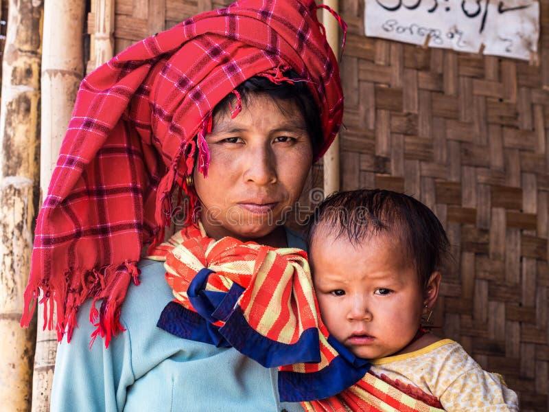 缅甸妇女画象有女儿的Inle湖的,缅甸 免版税库存图片