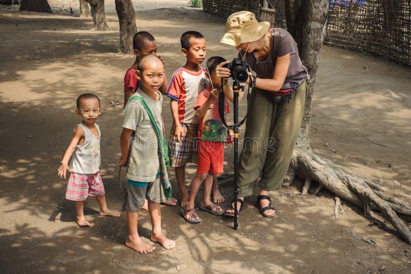 缅甸孩子与旅游妇女沟通 免版税图库摄影