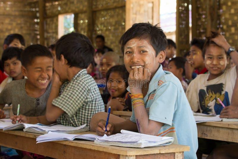 缅甸小学生在教训期间的一所地方学校 Mrauk U,缅甸 库存图片