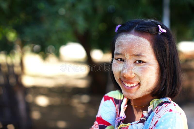 缅甸的白垩表面女孩被绘微笑 免版税库存照片