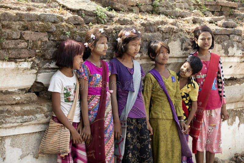 缅甸,奇恩角的座位的曼德勒我缅甸孩子泰姬陵是 免版税库存图片