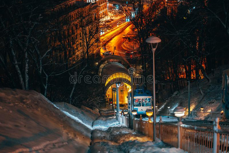 缆索铁路在弗拉基米尔的小山,背景夜基辅 免版税图库摄影