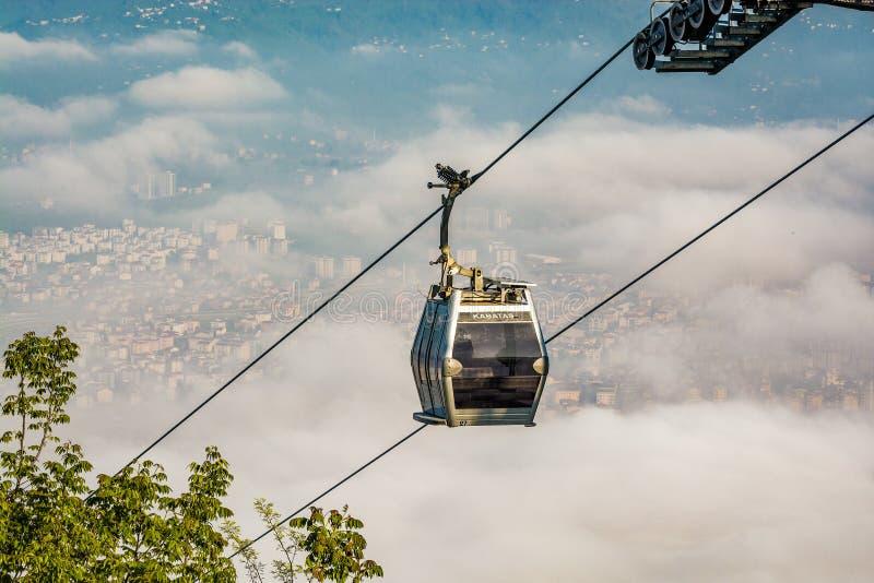 缆索铁路在雾在土耳其城市奥尔杜黑海,亚洲 库存图片