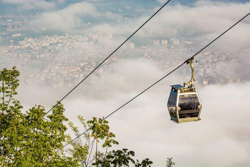 缆索铁路在雾在土耳其城市奥尔杜黑海,亚洲 免版税图库摄影
