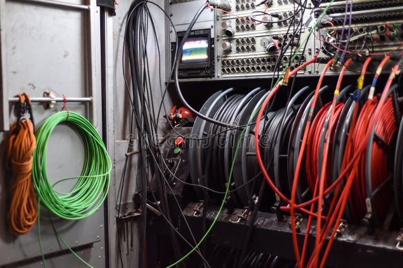 缆绳和电视广播卡车的控制板 免版税库存照片