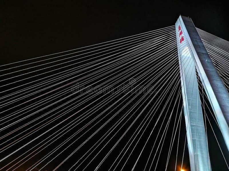 缆绳在武汉市相交桥梁塔 库存图片