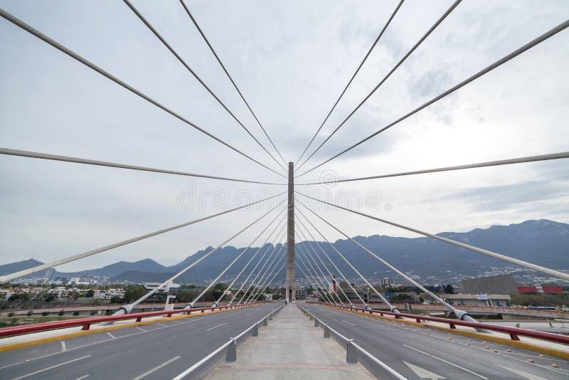 缆绳被停留的桥梁在蒙特雷 墨西哥 免版税库存照片