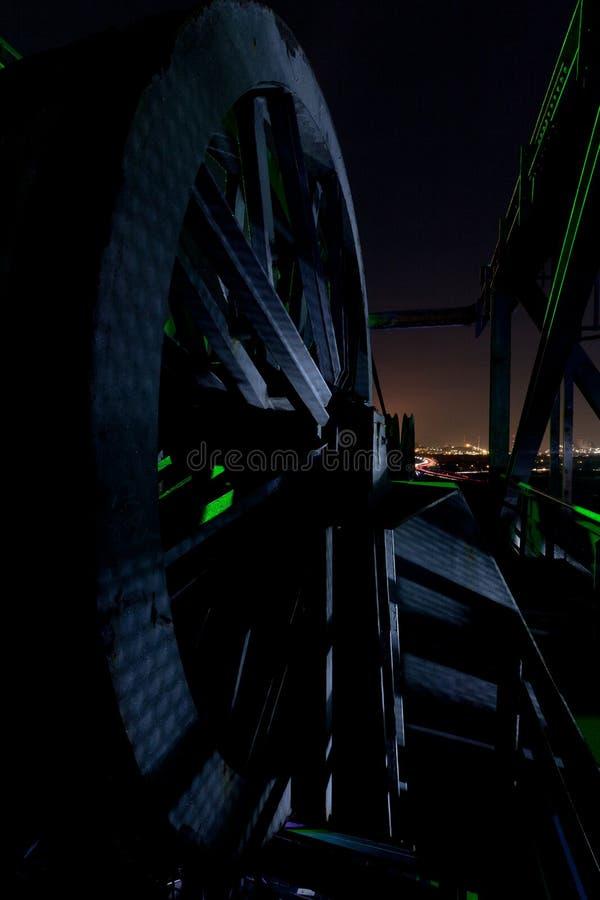 缆绳轮子推力起重机,夜,Landschaftspark,杜伊斯堡,德国 库存照片