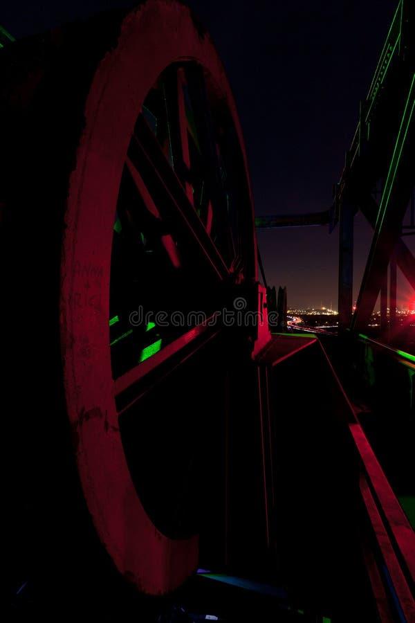 缆绳轮子推力起重机,夜,Landschaftspark,杜伊斯堡,德国 库存图片