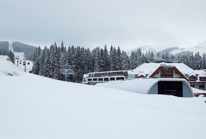 缆车和旅馆盛大多雪的冬天的看法在滑雪resor的 图库摄影