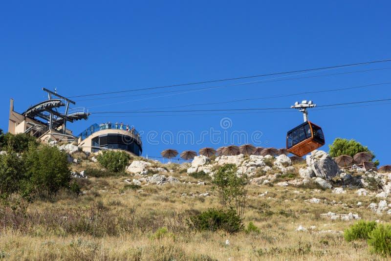 缆车在杜布罗夫尼克从下面观看了 免版税库存照片