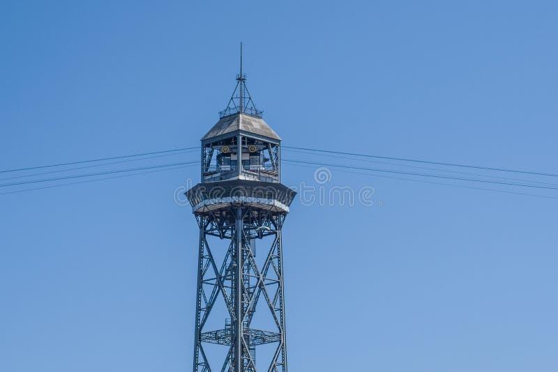 缆车的塔在巴塞罗那,在海口和海滩旁边 库存照片