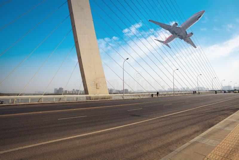 Download 缆绳停留了有飞机的桥梁 库存照片. 图片 包括有 布琼布拉, alameda, 场面, 基础设施, 室外 - 30337838