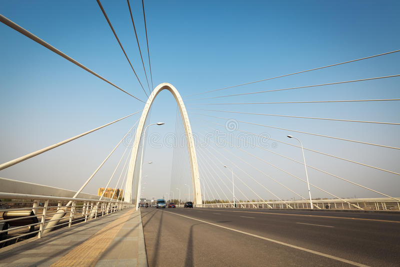 Download 缆绳在xian停留了桥梁 库存照片. 图片 包括有 技术, 拱道, 都市风景, 定向塔, 电缆, 城市, 背包 - 30337622