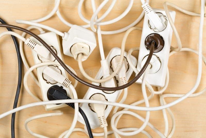 缆绳从多条电导线延长绳路的混乱凌乱 免版税图库摄影