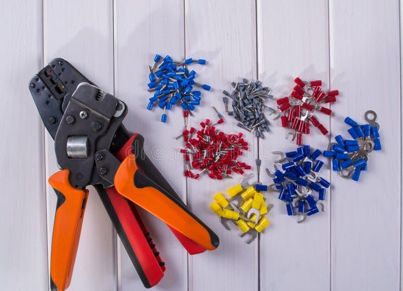 缆绳把手用不同的颜色和大小 为起皱的工具 免版税库存图片
