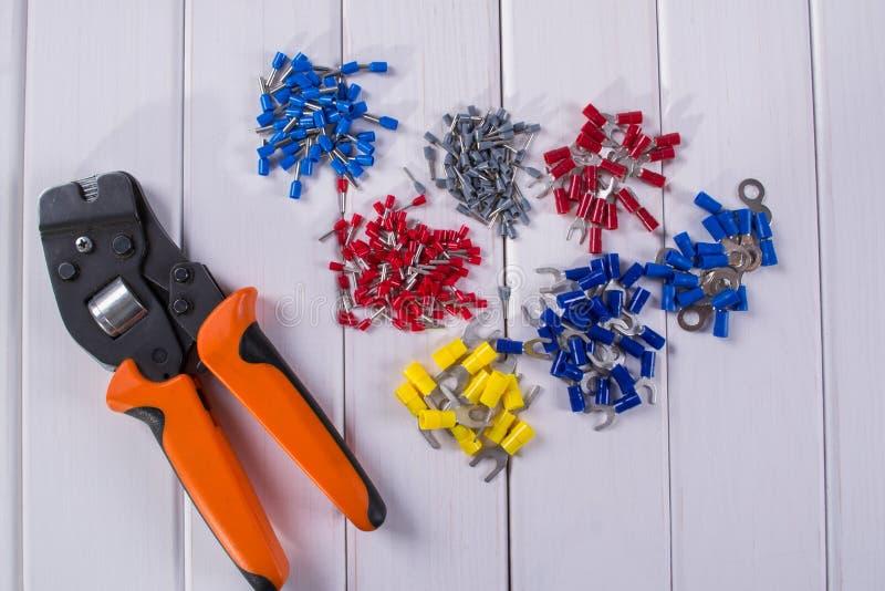 缆绳把手用不同的颜色和大小 为起皱的工具 免版税库存照片