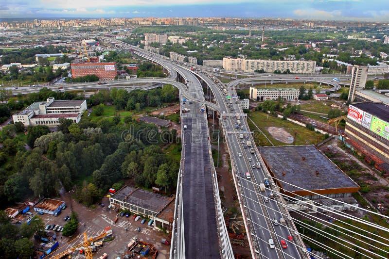 缆绳被停留的桥梁的建筑在圣彼得堡,俄罗斯。 库存照片