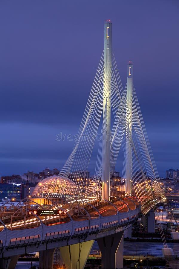 缆绳被停留的桥梁被阐明的夜,圣彼德堡,俄罗斯 免版税图库摄影