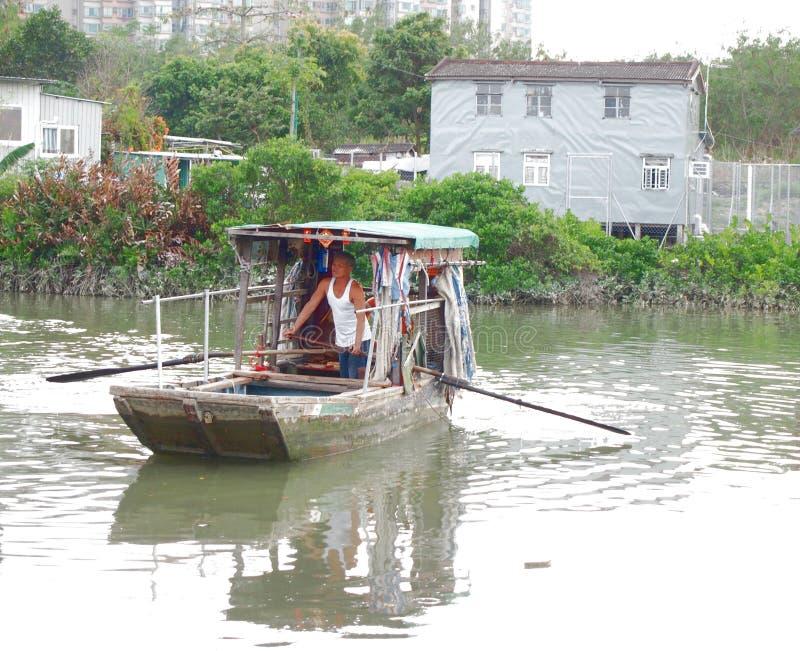 缆绳轮渡在池塘在传统渔村 库存图片