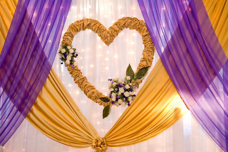 缎磁带和花的婚礼装饰 免版税库存图片