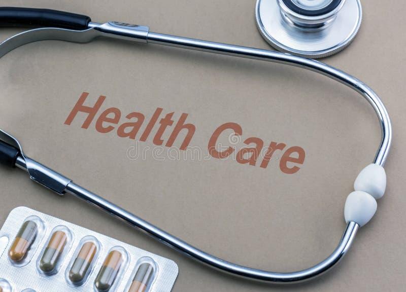 缓和关心、听诊器和水泡药片 免版税库存照片
