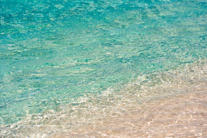 缓慢地Cayo海岛的海滩Playa天堂的天蓝色的水,古巴 特写镜头 免版税库存照片