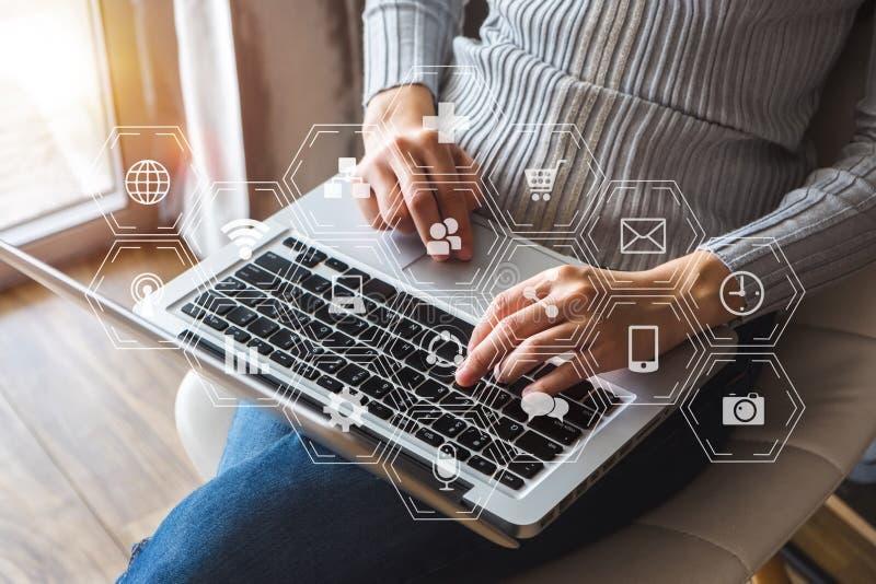 编制程序软件开发商与被增添的现实仪表板计算机象一起使用 免版税库存图片
