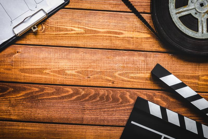 编剧桌面有电影拍板木背景顶视图 免版税图库摄影