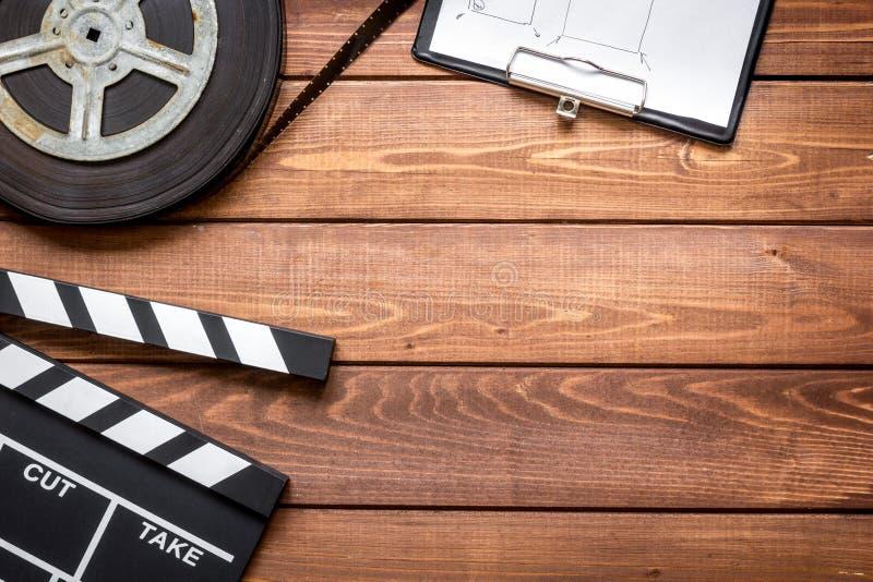 编剧桌面有电影拍板木背景顶视图 免版税库存照片