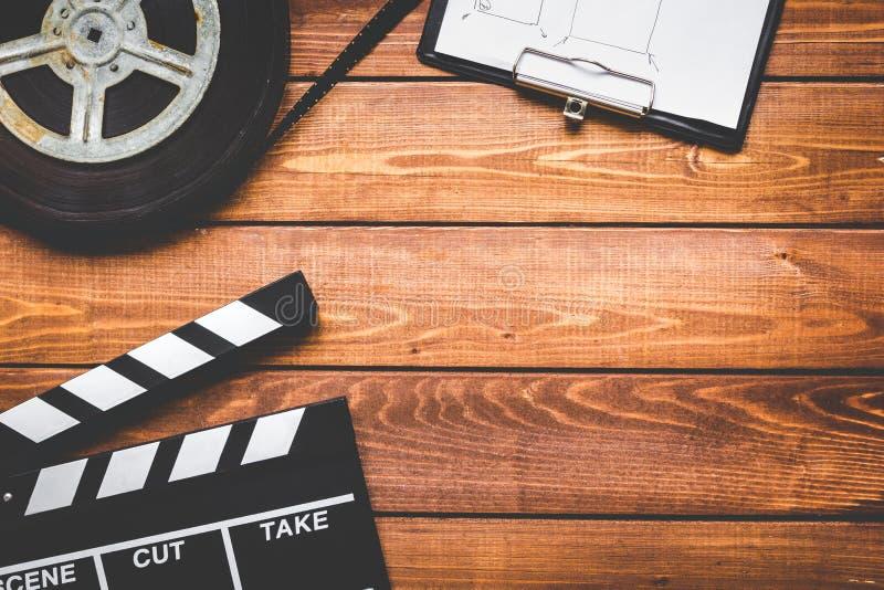 编剧桌面有电影拍板木背景顶视图 免版税库存图片