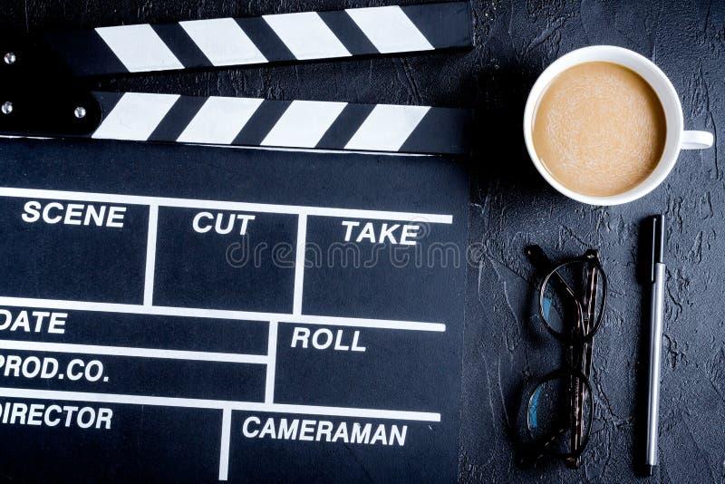 编剧桌面有电影拍板黑暗的背景 库存图片