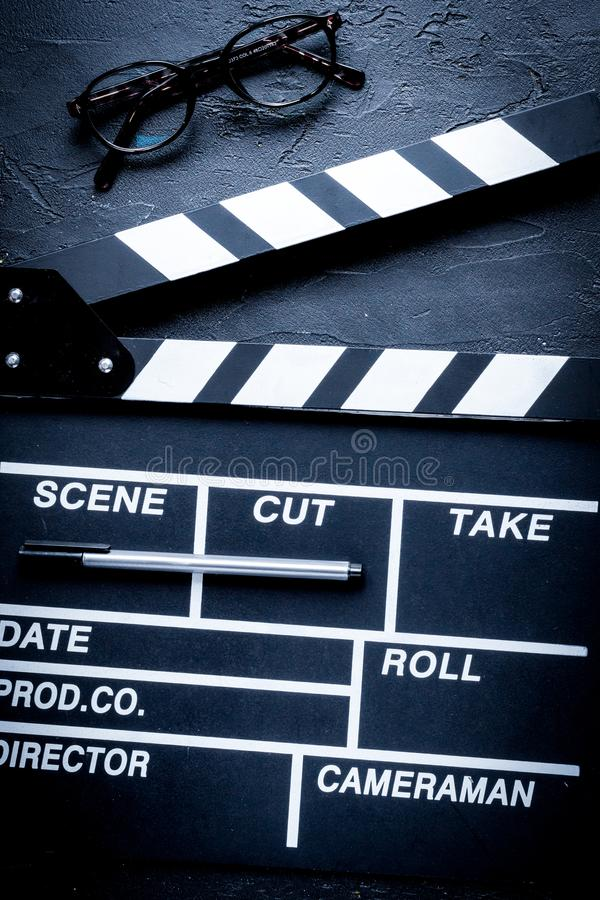 编剧桌面有电影拍板黑暗的背景 免版税库存图片