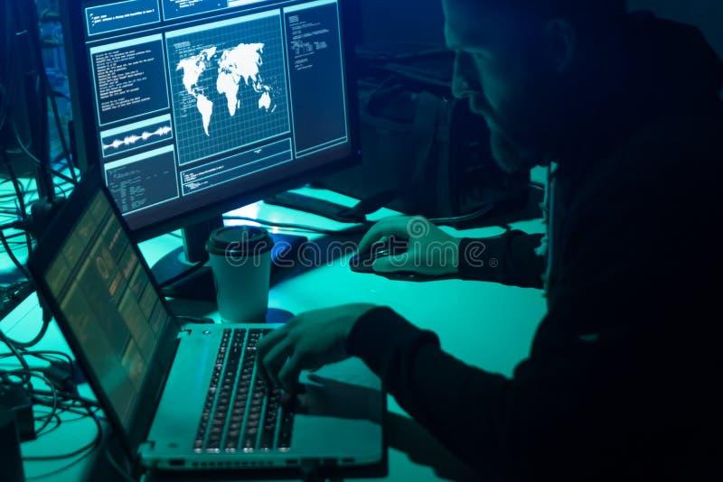 编码病毒ransomware的被要的黑客使用膝上型计算机和计算机 网络攻击,系统打破和malware概念 免版税库存照片